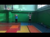 2 потные и унылые девочки пытаются заниматься акробатикой)
