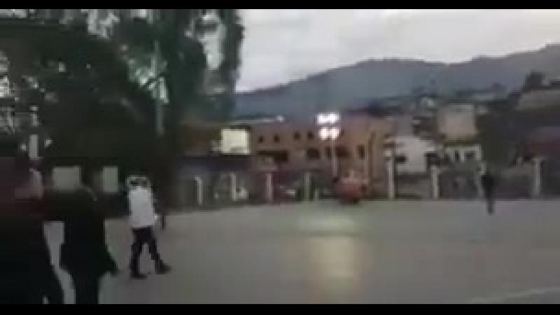 Эффективный менеджер Мадуро при котором средние зарплаты упали с 300 до 3 выходит к народу