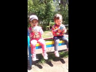 Аята и Арсана кушают мороженое