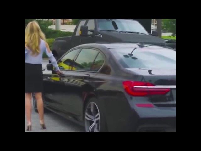 Умная блондинка и авто BMW с Управлением на смартфоне