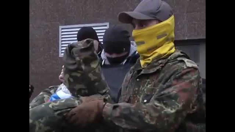 В Одессе под консульством РФ украиньские патрыоты гибридно пэрэмогли зеленого человичка