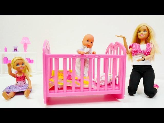 Spielspaß mit Barbie - Wir kaufen ein neues Kinderbettchen - Barbie auf DEUTSCH