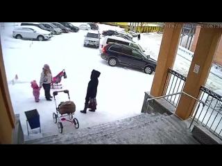 Сход снега с крыши администрации поселка Видяево на маму с ребенком