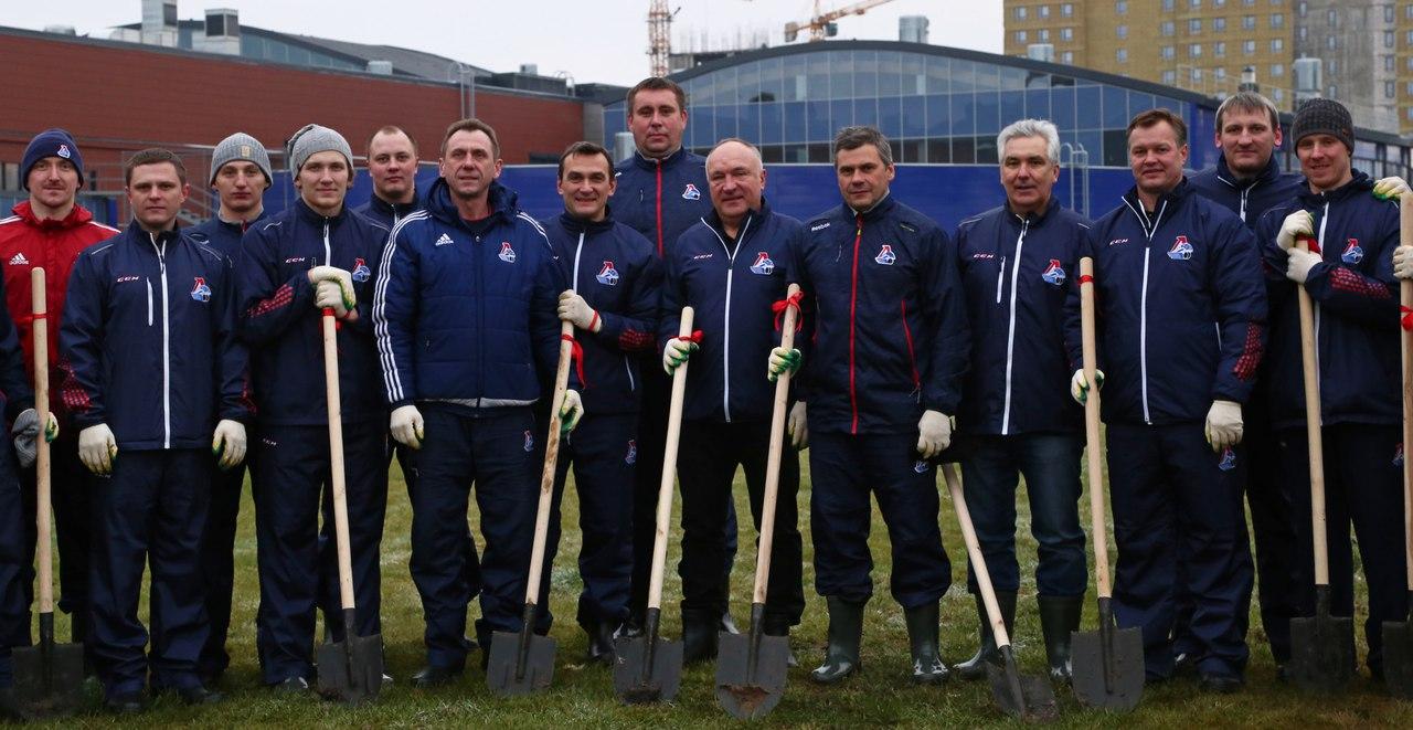 Хоккеисты «Локомотива» высадили аллею с именными клёнами на территории комплекса на проспекте Фрунзе