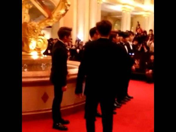 150325 인피니트 Sunggyu picked up fans phone - The 9th Asian Film Awards Red Carpet