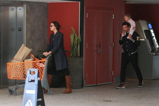 #News Милота: новый выход Ирины Шейк и Брэдли Купера с дочкой