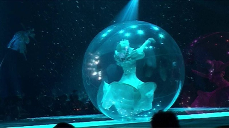 Spectacle bulle et échasses blanc lumineux. Cie Mademoiselle Paillette. Lightning stilts.