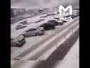 Из-за снега в Балашихе обрушилась крыша парковки. Повреждены десятки машин. Эффектное видео с камер.
