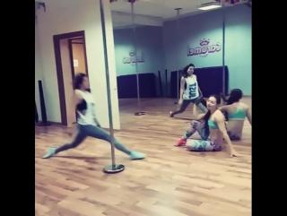 Шпагат pole dance тренировка