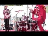 O baterista que mesmo vestido de mascote, mostrou que toca muito