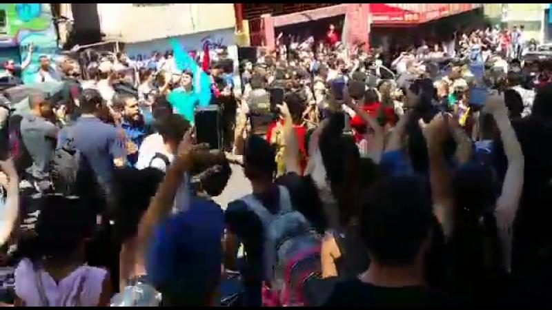 Militantes trocam socos na saída de Bolsonaro FUMEC