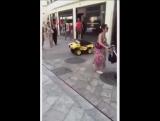 Наблюдай за жёлтой машиной