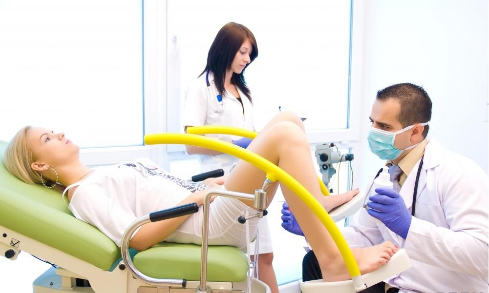 Женщины могут получить тазовые экзамены в больнице гинекологии.