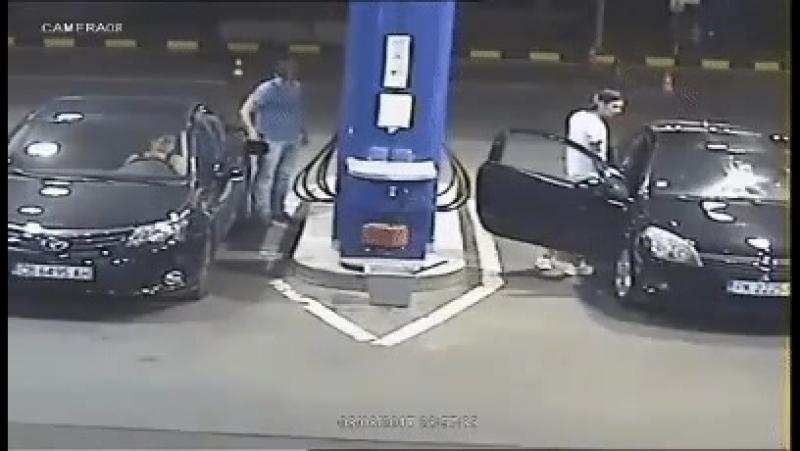 Парень не согласился погасить сигарету, и рабочий на заправочной станции решил действовать иначе...👍