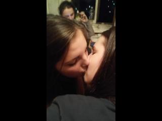 Школьницы пьяные на вписке сосут ся нежно целуются на камеру в перископе
