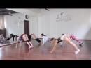 Девочки тренируют попки