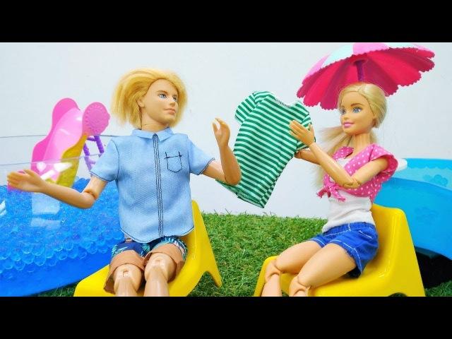 Barbie no sabe nadar. Vídeos de juguetes de Barbie español