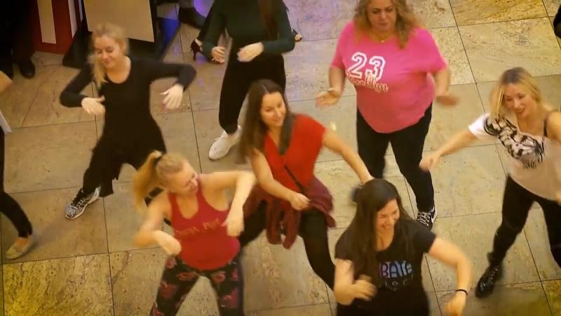 Актеры сериала Сальса устроили зажигательный танцевальный флешмоб в Москве