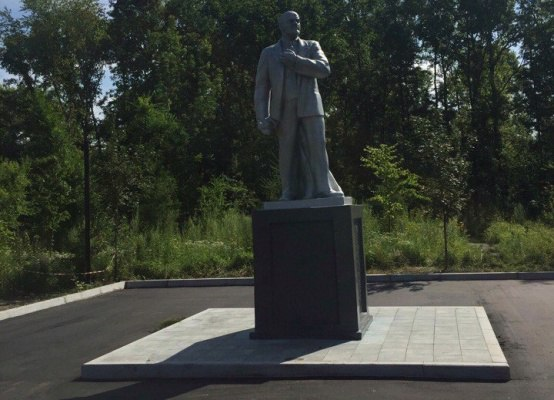 Вандалы на пос. Горького портят отремонтированный памятник...