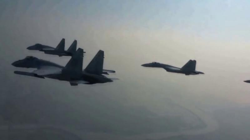 Китайские истребители-невидимки J-20 и самолеты Су-35 провели учебный бой