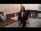 мамка сисястая брюнетка в шёлковом секси халатике соблазняет сынка на кухне милфа взрослая зрелая хищница мамаша пума милф больш
