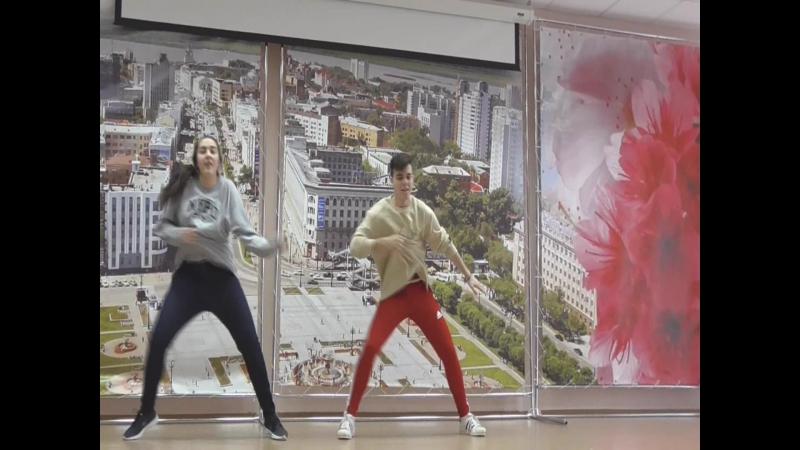 Руся с Алиной на сцене танцуют
