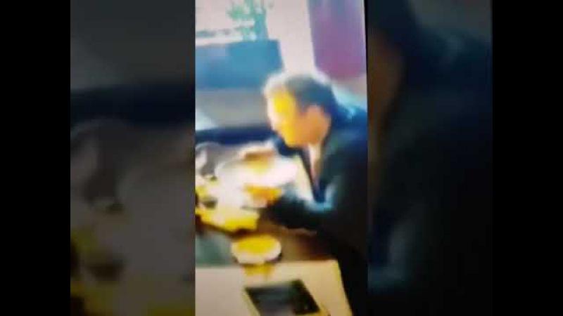 Геращенко вылизывает тарелку!