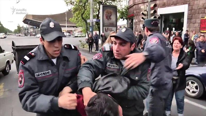 Ermənistanda etirazlar davam edir Polis yolları bağlayan gəncləri saxlayır