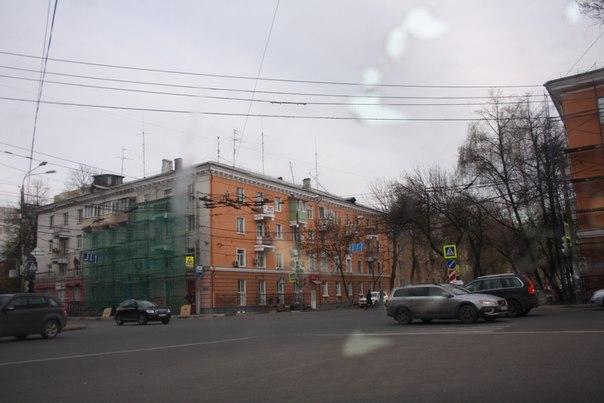 Двуцветный дом. Сразу видно, что какой-то мудак заказывал краску фасадов и всё портит  30 апреля 2018