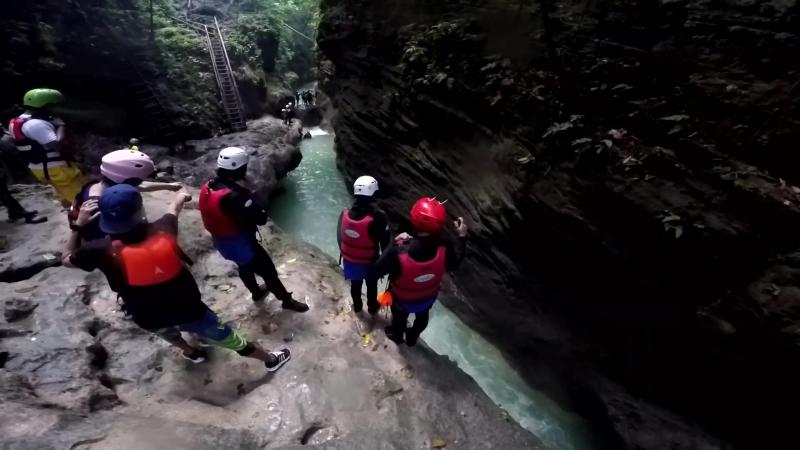 каньонинг на Филиппинах.