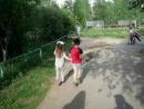 Даня с Соней идут домой после праздника в детском саду
