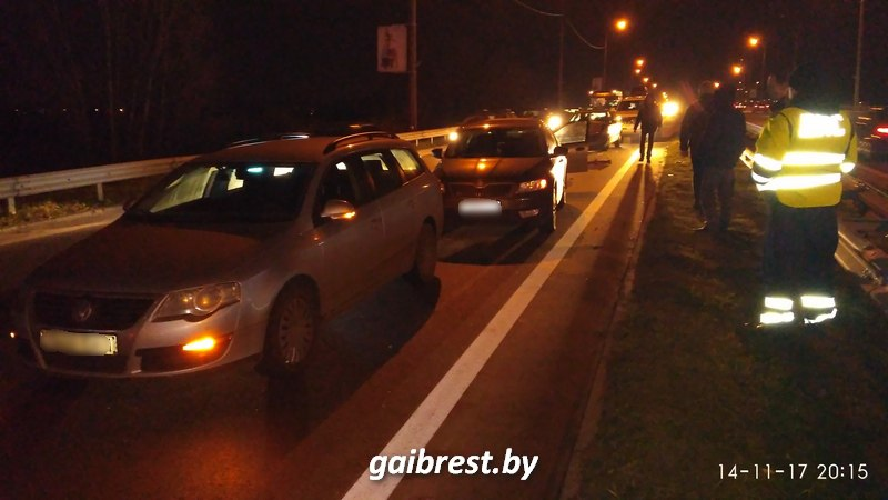 """В Бресте на """"варшавке"""" столкнулись четыре автомобиля: один пострадавший в больнице"""