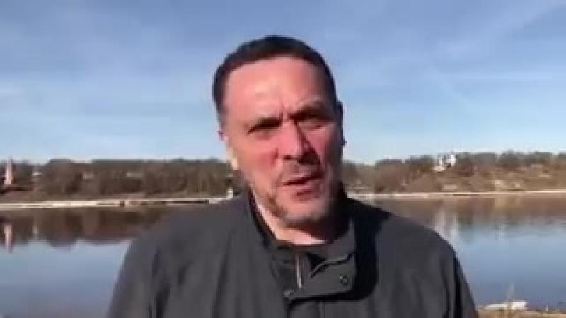Странно, что он записывает это помпезное видео на рыбалочке, а не в добровольческом батальоне Асада в сирийском окопе