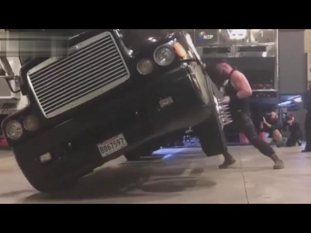 Braun Strowman перевернул голыми руками многотонный грузовик