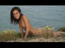 Две голые девушки нудистки на берегу моря.