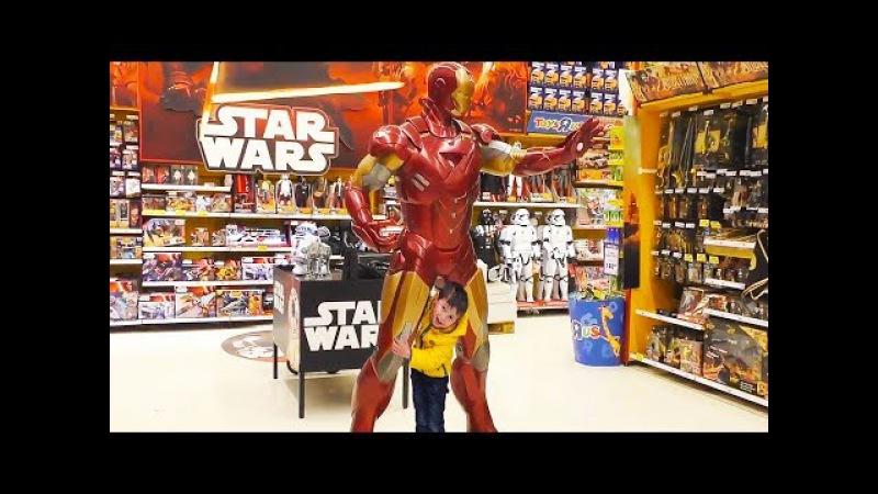 Весело провели время в игрушечном магазине ToysRus/Visit to the toystore ToysRus