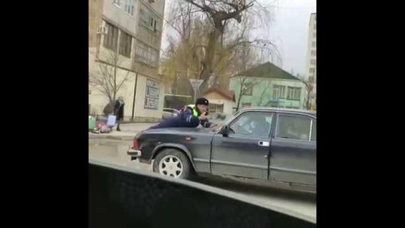 Гаи на капоте полиция на капоте прикол police on a hood laid up селфи cop of кст for translation