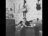 Михаил Бурляш играет отрывок из саундтрека старого фильма