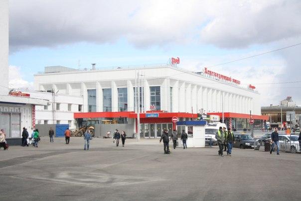 Обновлённое здание вокзала. Теперь бело-красное.  30 апреля 2018