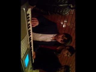 пацан красиво играет на ёнике