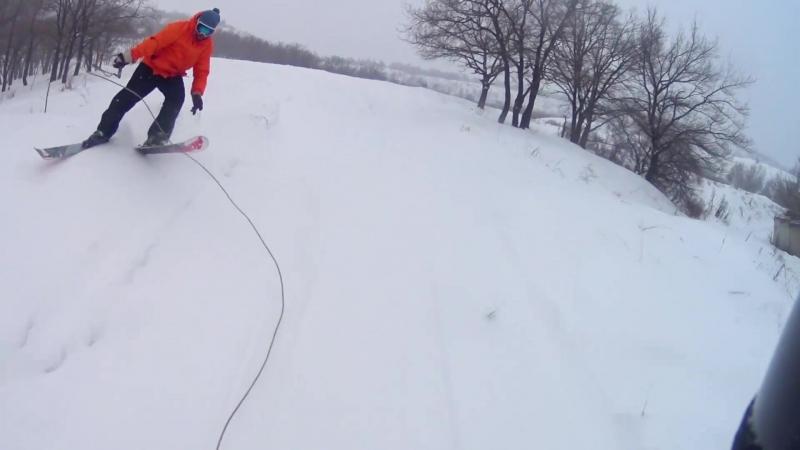 Экстремальная езда на лыжах за снегоходом