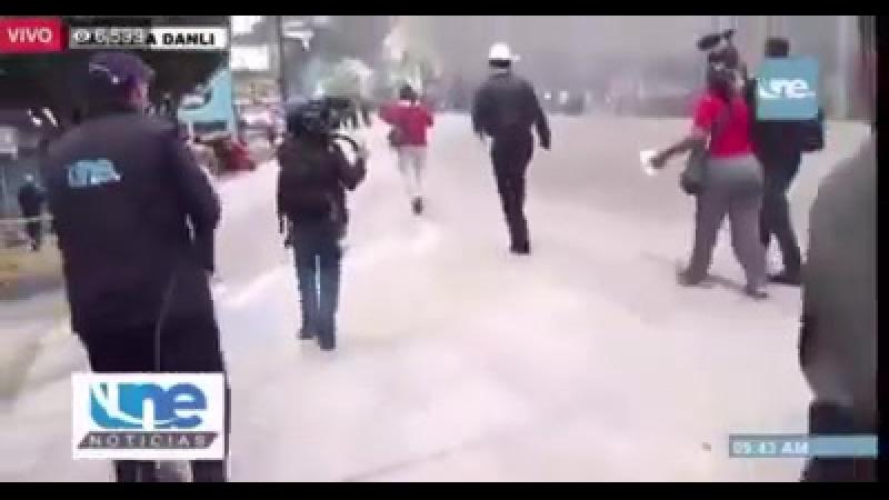 Manuel Zelaya R. entre los gases lacrimógenos camina para pedirle a los militares que dejen de reprimir a los hondureños.