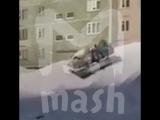Дети катаются с горки в ванне в Норильске