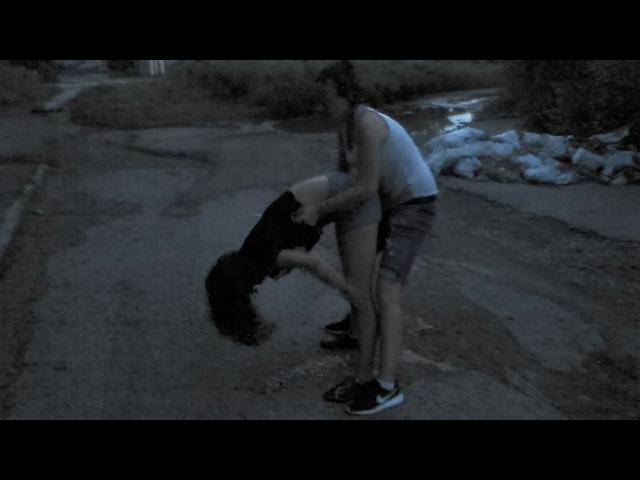 Бухая малолетка исполняет на парковке