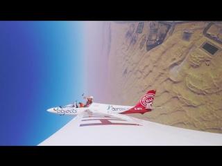 Скайдайвер на лету выпрыгнул из небольшого планера
