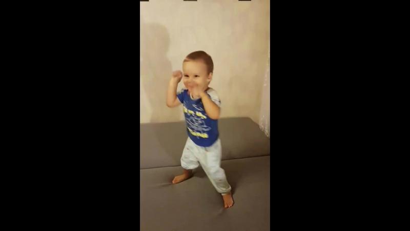 когда брат танцует 😀😂😊😎😍😍