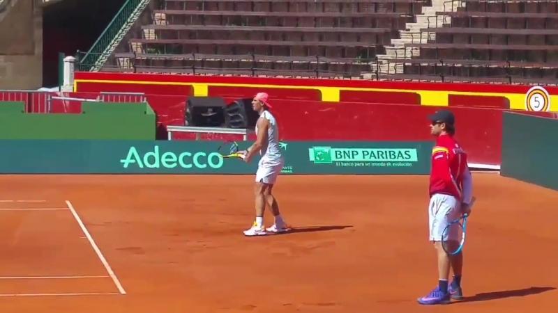 Rafa Nadal entrenando ahora mismo en la plaza de toros de Valencia, para la eliminatoria de la Davis ante Alemania, que comienza