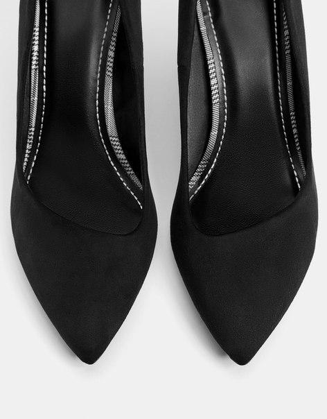Черные туфли на каблуке-шпильке