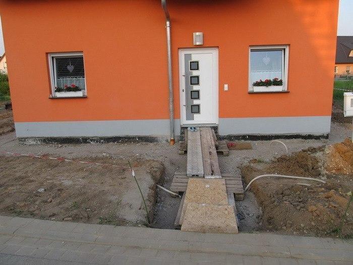 Отмостка вокруг дома из тротуарной плитки