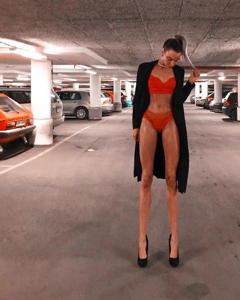 Модель из Швеции Ия Остергрен покорила пользователей соцсетей благодаря длинным ногам. При росте 178 сантиметров длина ног шведки составляет 108 сантиметров.